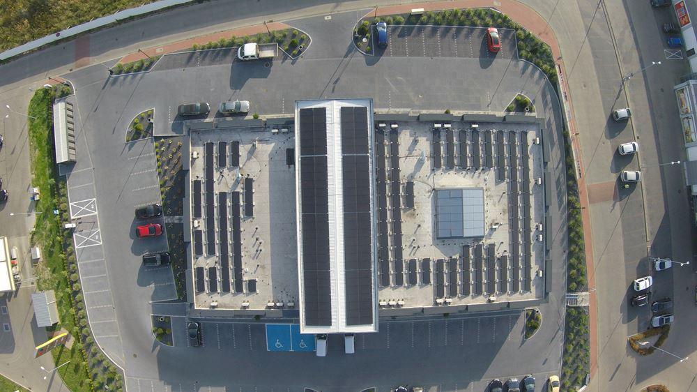 panele fotowoltaiczne na dachu widok z góry